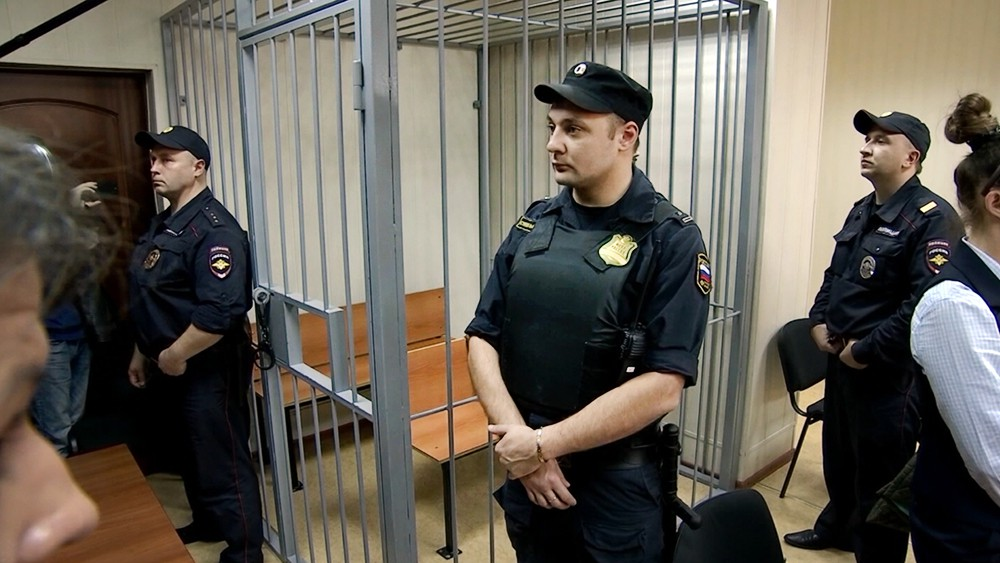 Клетка для подсудимых в зале судебных заседаний