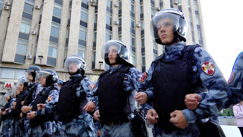 Сотрудники Росгвардии во время несанкционированного митинга в Москве
