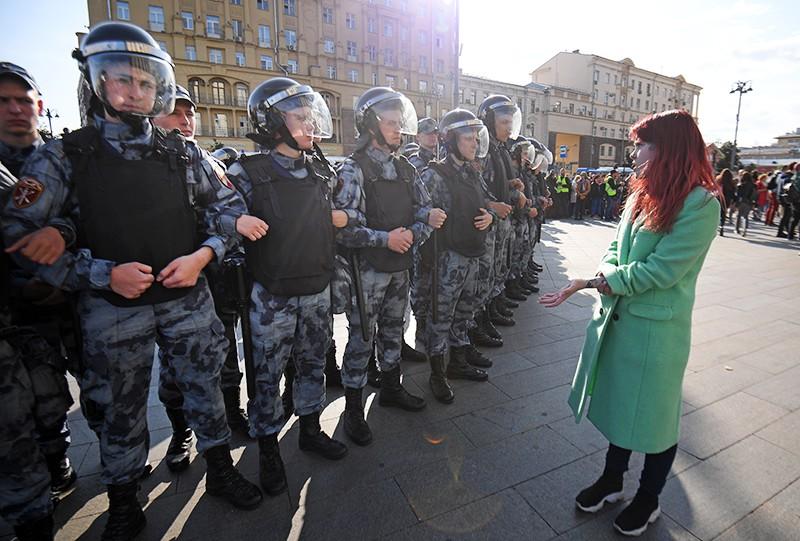 Сотрудники Росгвардии во время несанкционированного митинга в Москвед