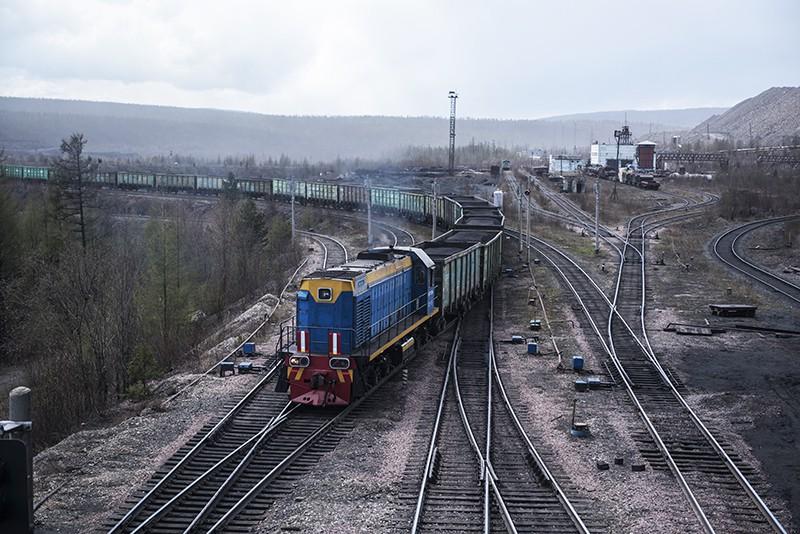 Поезд везет уголь