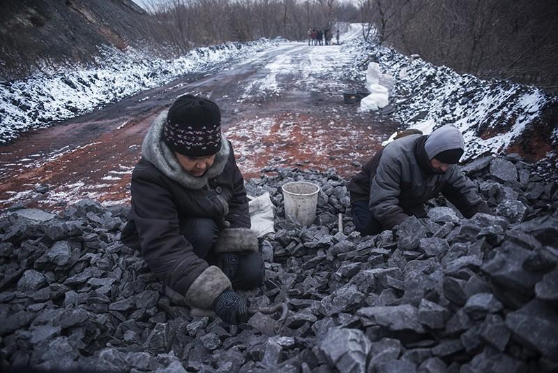 Украина. Местные жители собирают уголь