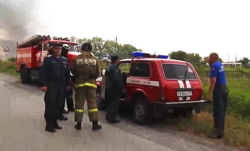 Сотрудники МЧС в районе воинской части под Ачинском