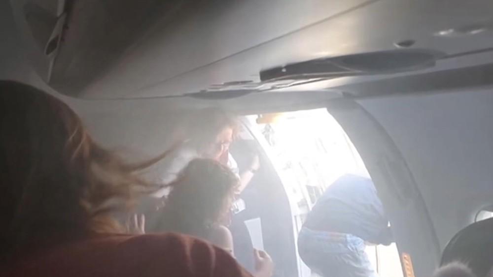 Эвакуация в салоне лайнера