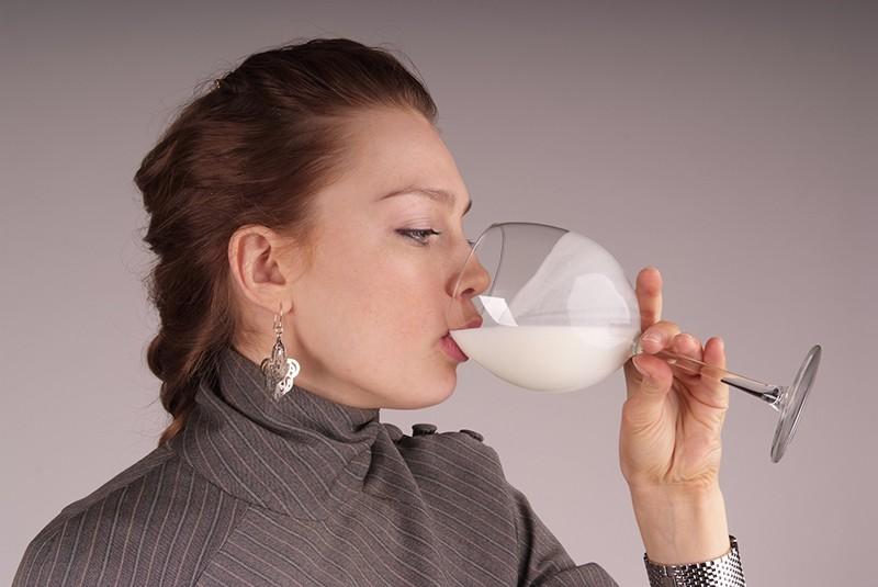 Девушка пьет ряженку