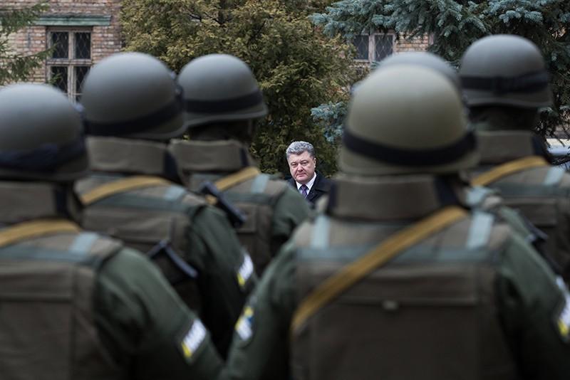 Петр Порошенко стоит перед строем солдат