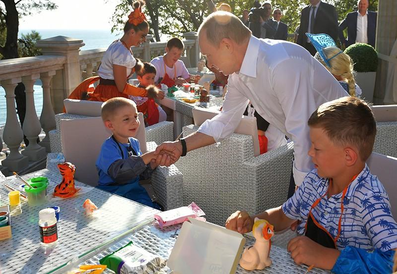 Владимир Путин во время встречи с детьми семей, пострадавших от наводнения в Иркутской области