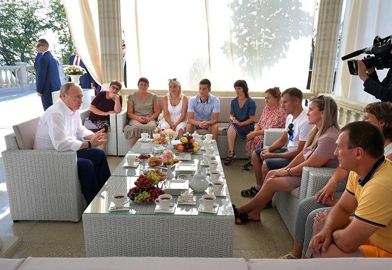 Владимир Путин во время встречи с членами семей, пострадавших от наводнения в Иркутской области