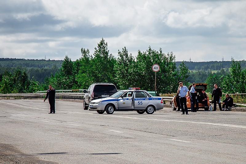 Сотрудники правоохранительных органов на дороге при въезде в Ачинск