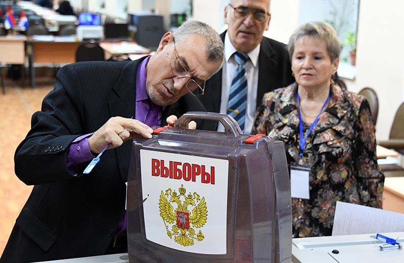 Опломбирование урн для голосования