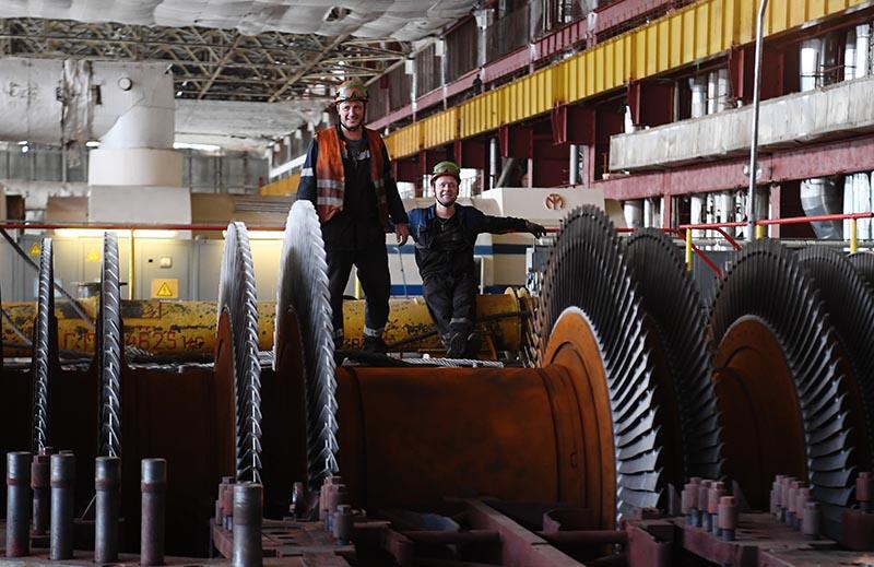 Работники машинного отделения ТЭЦ-25 в Москве