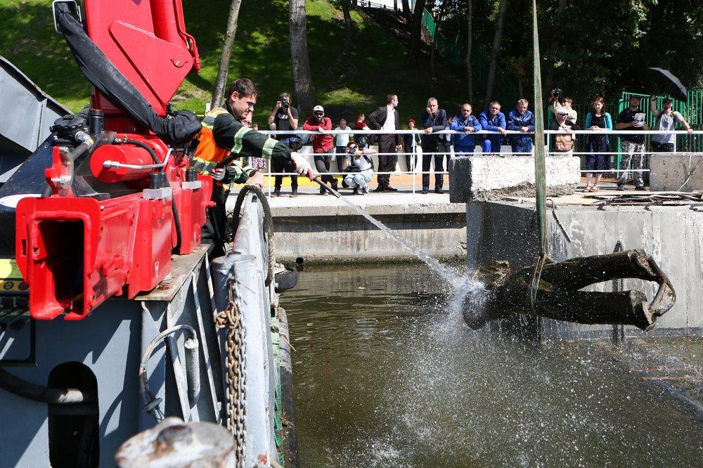 Подъем затонувшей скульптуры в акватории Кожуховского затона