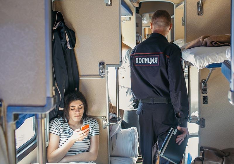 Сотрудник полиции в поезде