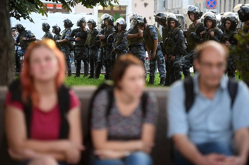 Полицейские дежурят во время несанкционированной акции