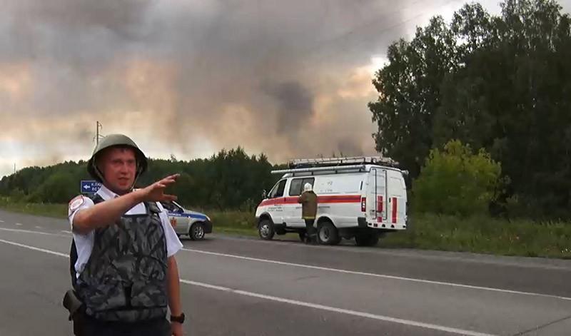 Сотрудник полиции в районе воинской части, где произошел пожар и взрыв