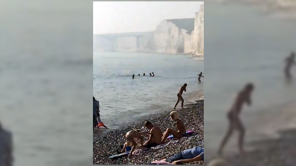 Отдыхающие на пляже в Великобритании