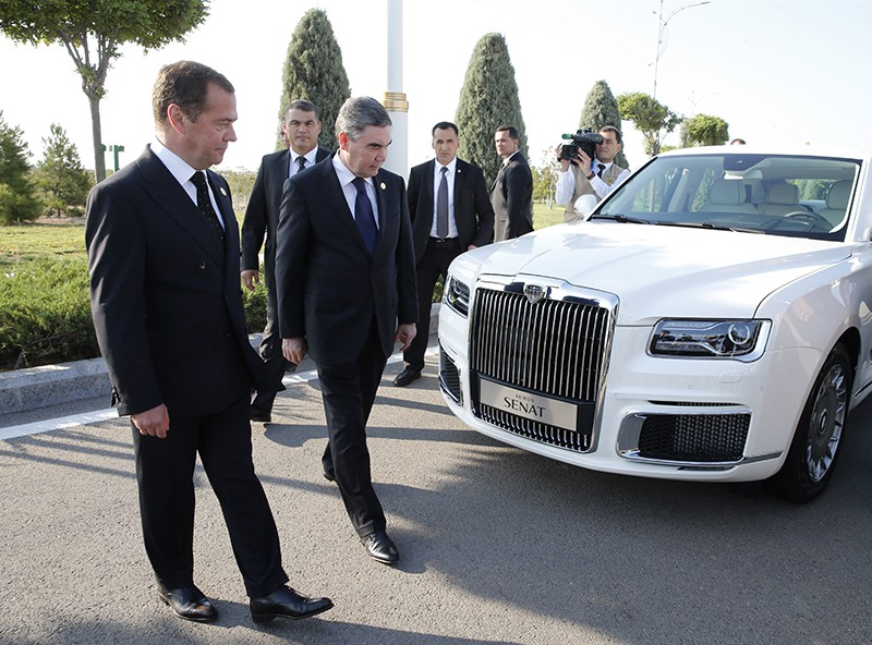 Дмитрий Медведев и Гурбангулы Бердымухамедов автомобиля Aurus Senat