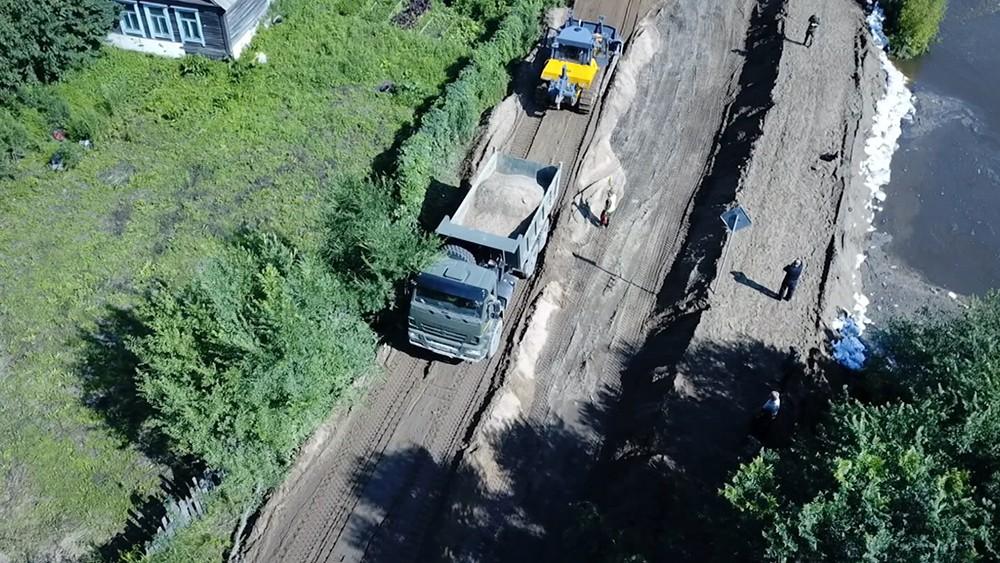 Строительство дамбы в зоне паводка