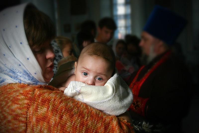 Крещение новороженных детей в храме