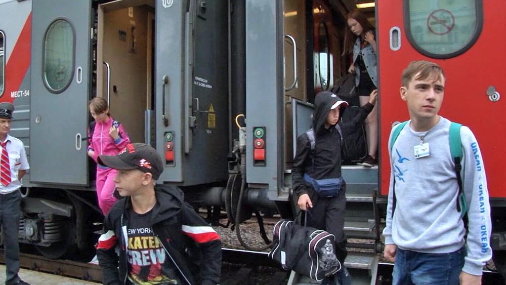 Дети выходят из поезда