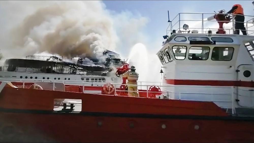 Тушение горящего корабля