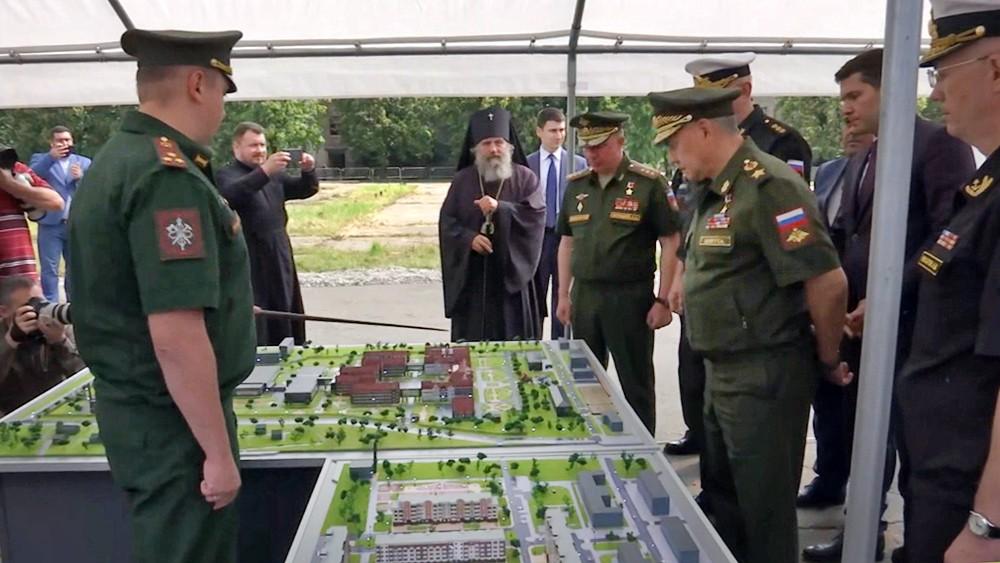 Сергею Шойгу демонстрируют макет филиал Нахимовского училища в Калининграде