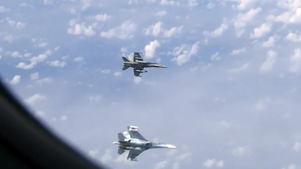 Истребители Су-27 и F-18