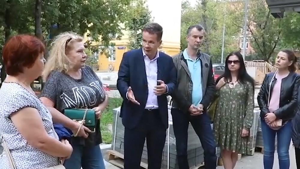 Кандидат в депутаты Мосгордумы Кирилл Никитин общается с избирателями