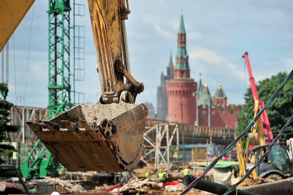 Эскалатор на фоне Кремля