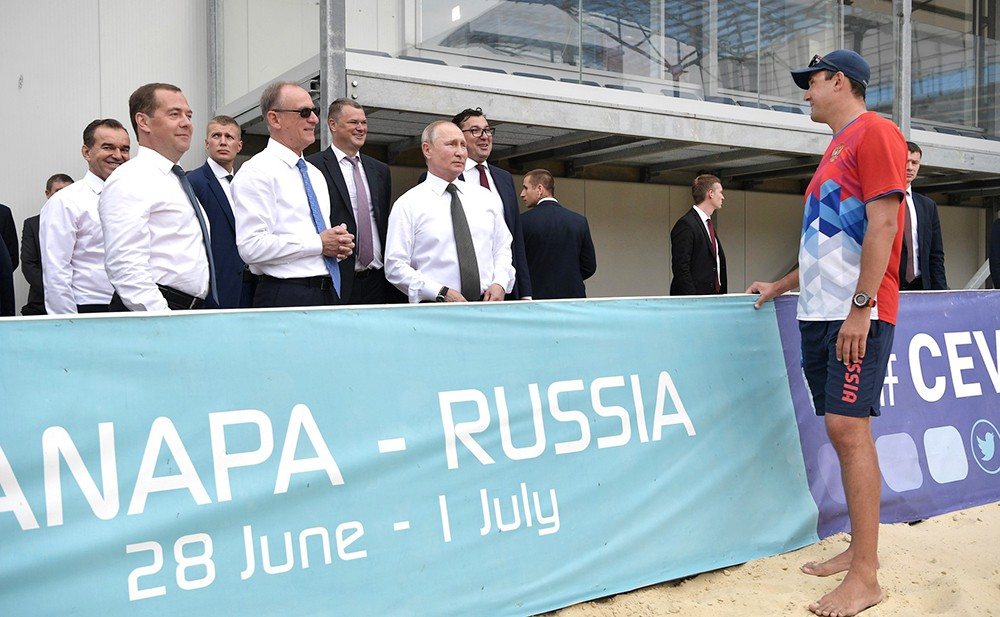Владимир Путин и Дмитрий Медведев посетили волейбольный центр