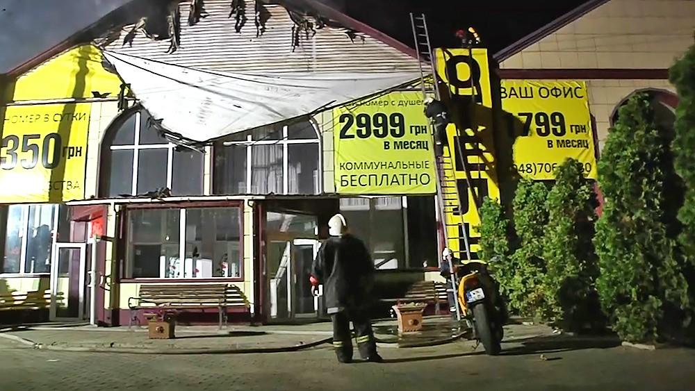Украинские пожарные на месте возгорания