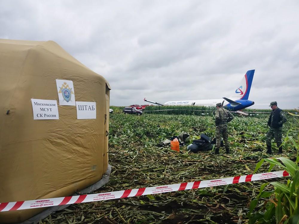 Следственные действия на месте аварийной посадки А321 в поле