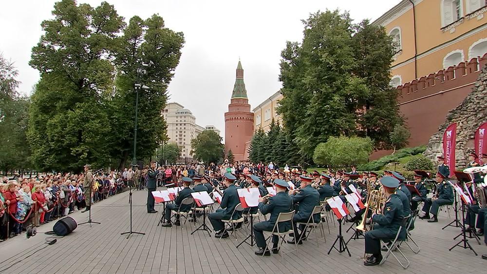Военный оркестр в Александровском саду