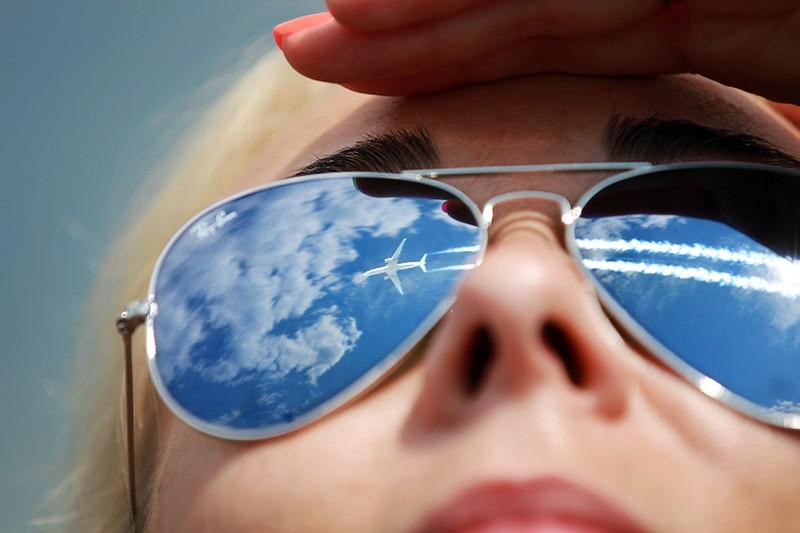 Отражение самолета в очках (коллаж)