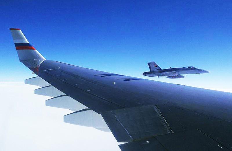Швейцарский истребитель McDonnell Douglas F/A-18 сопровождает российский самолет