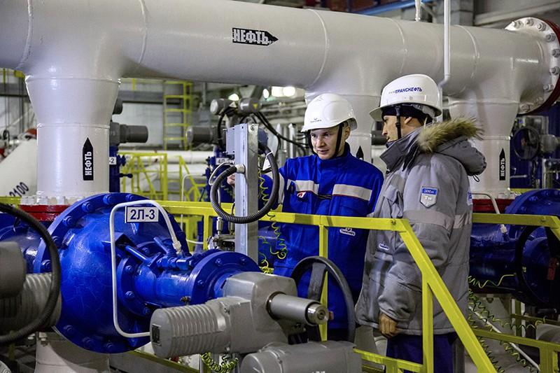 Сотрудники на насосной станции нефтеперекачивающей станции