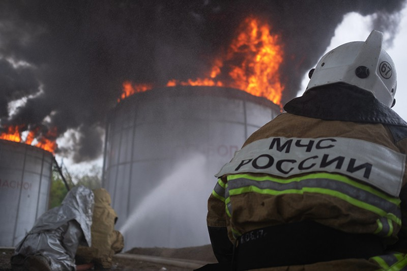 Пожарные во время ликвидации возгорания
