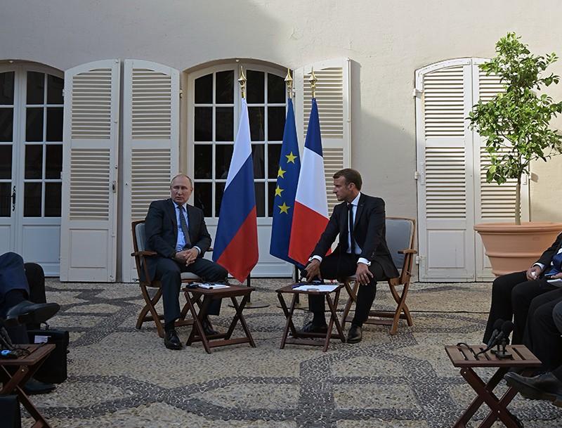 Владимир Путин и президент Франции Эммануэль Макрон во время встречи