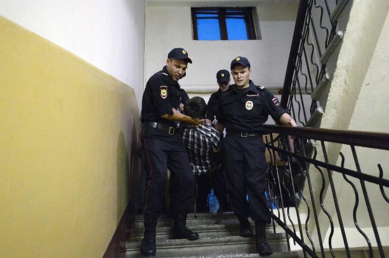Сотрудники полиции во время задержания