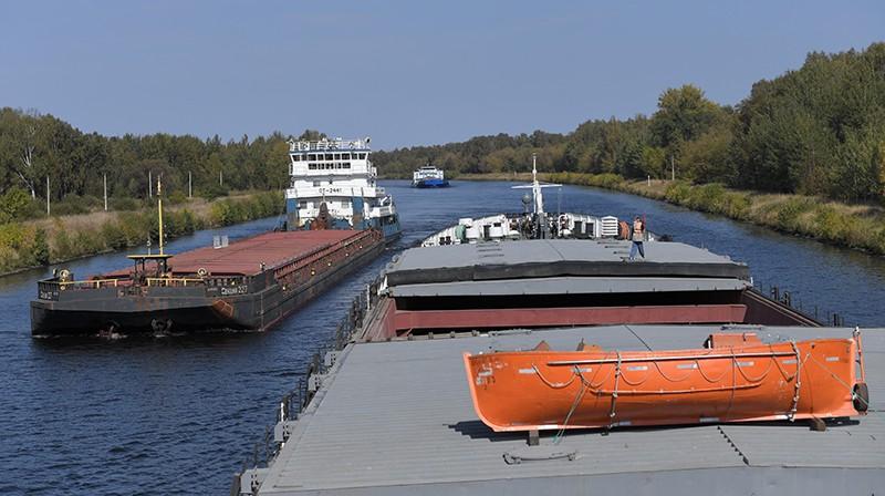 Сухогрузы идут по каналу имени Москвы
