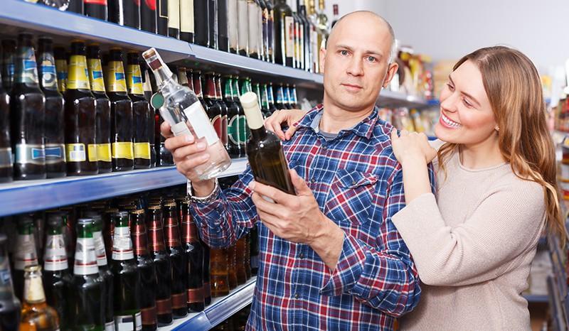 Семейная пара выбирает алкоголь