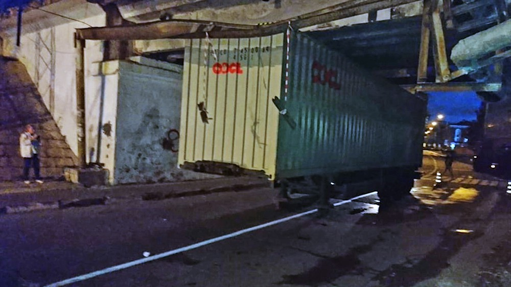 В Москве грузовик застрял под мостом