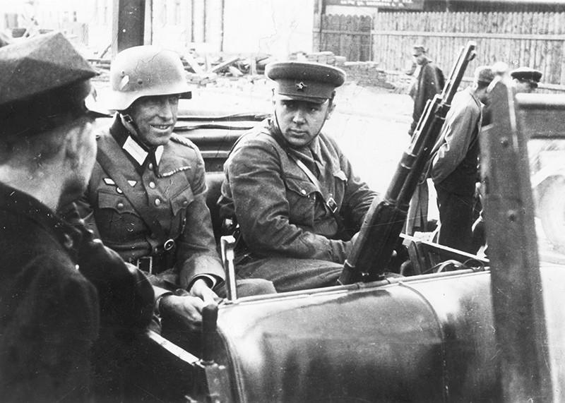 Советский и немецкий офицеры