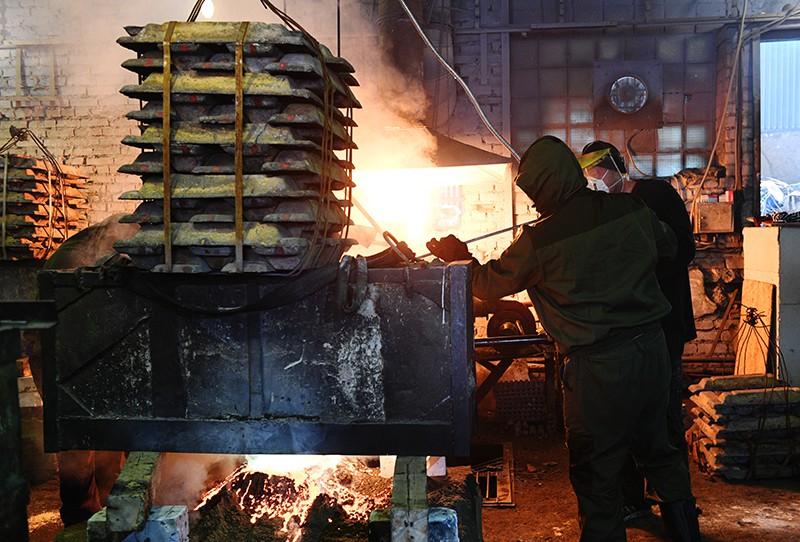 Загрузка бронзы в печь в литейном цехе