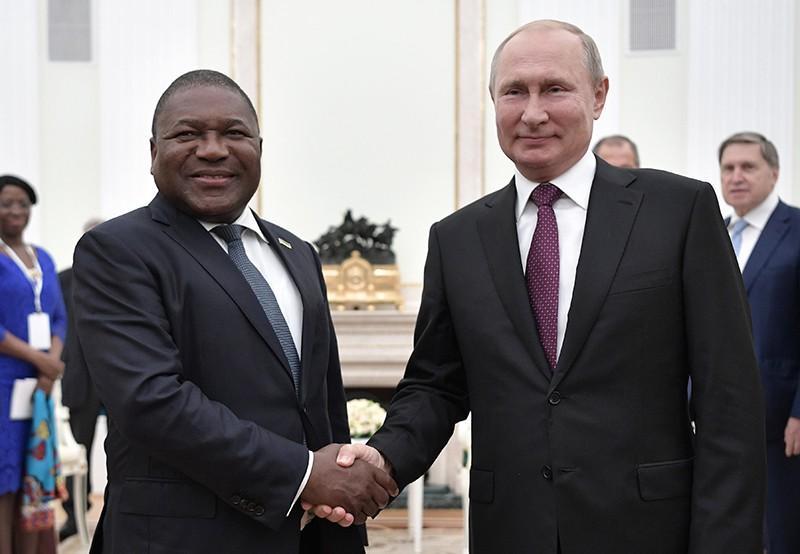 Владимир Путин и президент Мозамбика Филипе Ньюси во время встречи