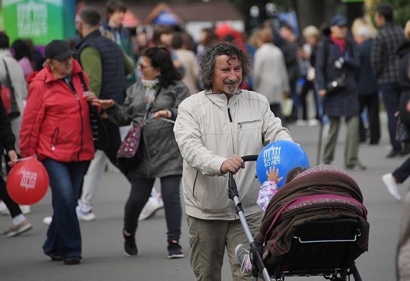 Прохожий с коляской в Москве