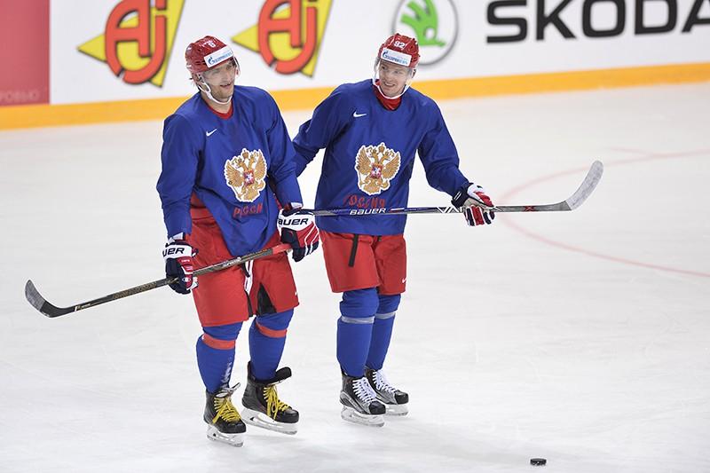 Хоккеисты Александр Овечкин (слева) и Евгений Кузнецов