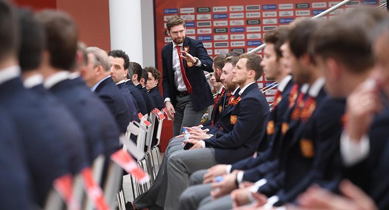 Игрок сборной России Евгений Кузнецов (в центре)