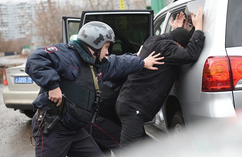 Сотрудник полиции проводит задержание