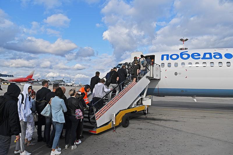 """Пассажиры проходят на посадку в самолет авиакомпании """"Победа"""""""
