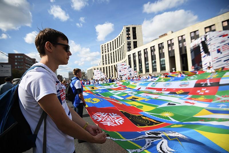 Участники флешмоба в честь Дня государственного флага России